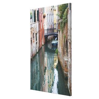 Italia, Venecia, reflexiones y pequeño puente de Impresión En Lienzo