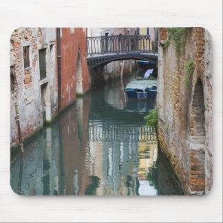 Italia, Venecia, reflexiones y pequeño puente de Alfombrillas De Ratón