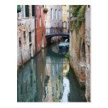 Italia, Venecia, reflexiones y pequeño puente de Tarjeta Postal