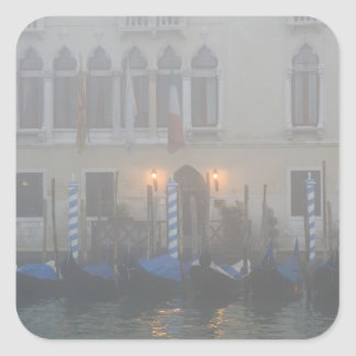 Italia, Venecia. Una fila de las góndolas vistas a Pegatina Cuadrada