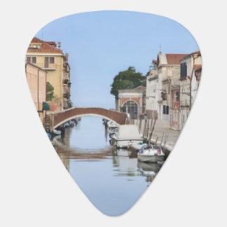 Italia, Venecia. Vista de barcos y de hogares a lo Púa De Guitarra