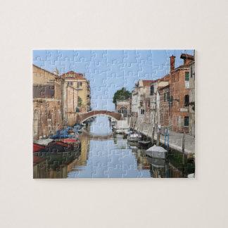 Italia, Venecia. Vista de barcos y de hogares a lo Rompecabezas
