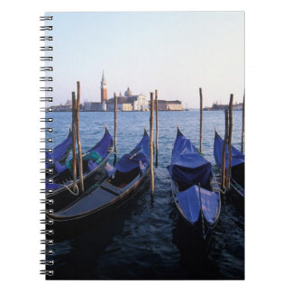 Italia, Véneto, Venecia, fila de góndolas y San Notebook