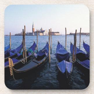 Italia, Véneto, Venecia, fila de góndolas y San Posavasos De Bebida