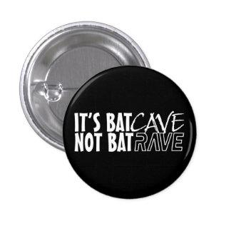 It's BatCAVE, not BatRAVE Pin Redondo De 1 Pulgada