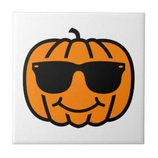 Jack-o-linterna fresca con las gafas de sol azulejo cerámica