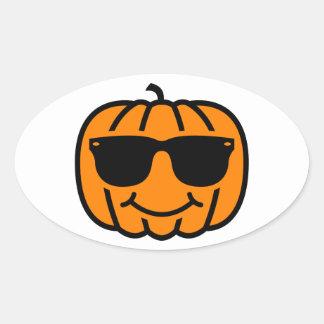 Jack-o-linterna fresca con las gafas de sol pegatina ovalada