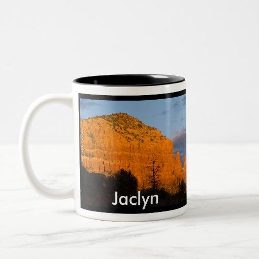 Jaclyn en la taza roja de la roca de la salida de