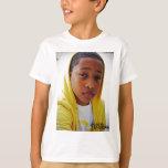 Jacob Latimore en camiseta amarilla