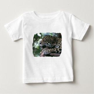Jaguar el dormir con el fondo frondoso playera de bebé