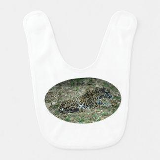 jaguar manchado que miente abajo pareciendo babero para bebé