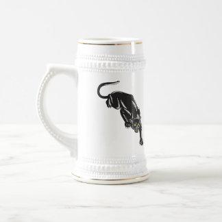 Jaguar que ronda tazas de café