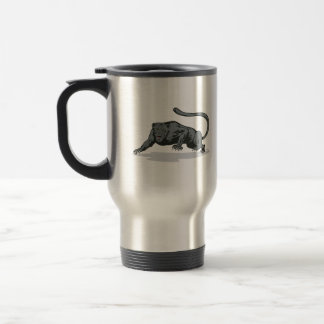 Jaguar que ronda taza de café