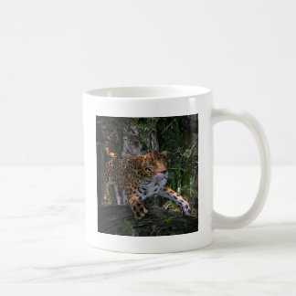 Jaguar que salta en el bosque taza