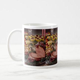 Jamón delicioso, camarón, peras con la placa de qu taza de café