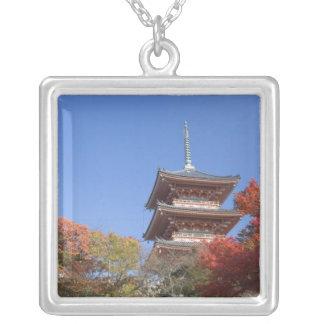 Japón, Kyoto, pagoda en color del otoño Collares