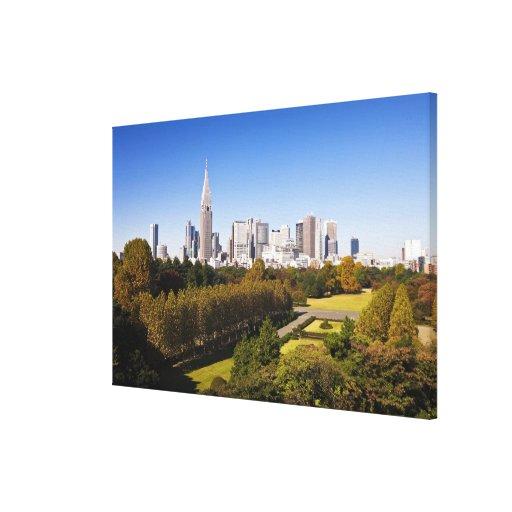 Japón. Tokio. Horizonte del distrito de Shinjuku y Impresión En Lienzo Estirada