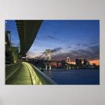 Japón. Tokio. Puente del arco iris en la bahía de  Póster