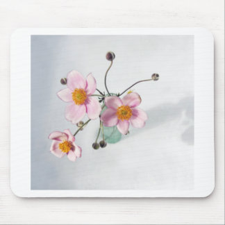 Japonés rosado Anenomes en un florero verde Alfombrillas De Raton