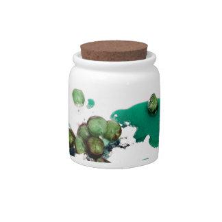 Jarabe escarchado verde de las cerezas en el jarra para caramelo