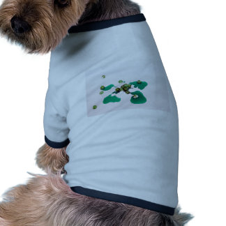 Jarabe escarchado verde de las cerezas en el camisas de perritos