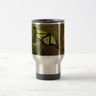 Jardín 2 de la mariposa taza de viaje