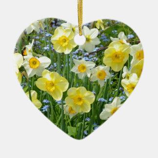 Jardín amarillo hermoso del narciso adorno de cerámica en forma de corazón