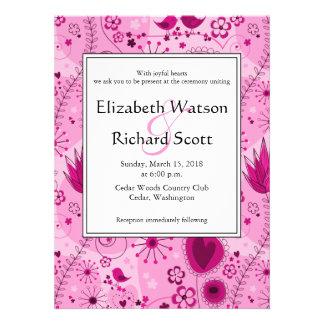 Jardín caprichoso en la invitación rosada del boda