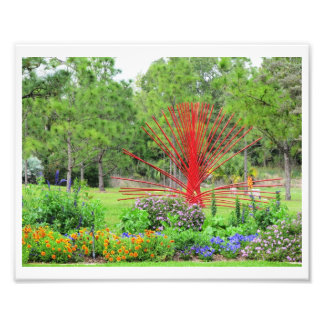 Jardín colorido con la escultura roja del arte impresiones fotograficas
