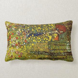 Jardín con crucifijo de Gustavo Klimt Cojín