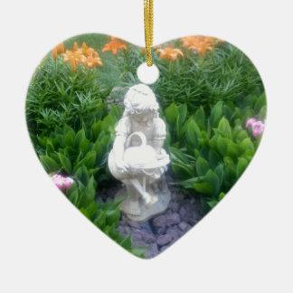 Jardín de flores hermoso secreto con la estatua adorno de cerámica en forma de corazón