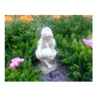 Jardín de flores hermoso secreto con la estatua postal