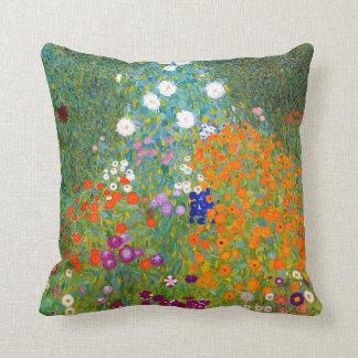 Jardín de flores por el vintage de Gustavo Klimt Cojín
