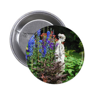 Jardín de flores y estatua azules del delphinium pin redondo de 2 pulgadas