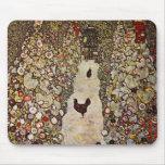 Jardín de Klimt con el cojín de ratón de los gallo Alfombrillas De Ratón