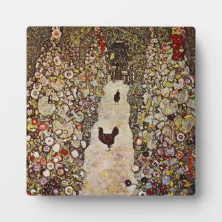 Jardín de Klimt con la placa de los gallos