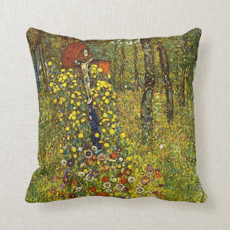 Jardín de la granja con crucifijo de Gustavo Klimt Cojín