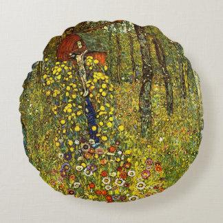 Jardín de la granja con crucifijo de Gustavo Klimt Cojín Redondo