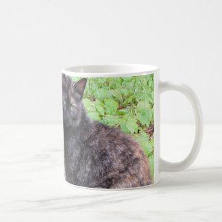 Jardín del gato negro de la concha taza clásica