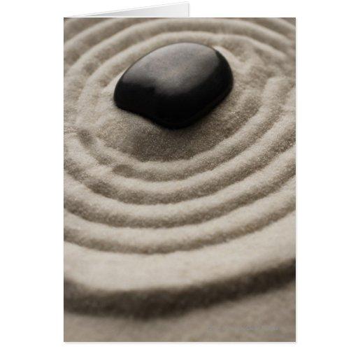 jardín del zen con el detalle del guijarro en la a tarjeta de felicitación