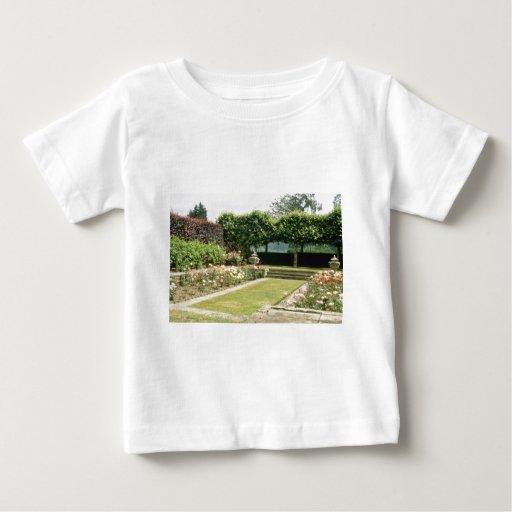 Jardín formal con las flores de los rosas t shirts