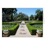"""Jardín formal """"le invitan """" tarjeta de felicitación"""