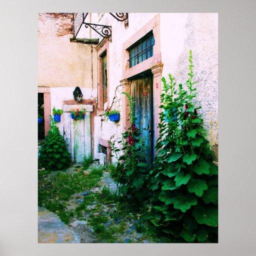 Jardín griego del POSTER - Hollyhocks y puertas az Póster