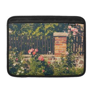 Jardín idílico con los rosas cerca de madera funda  MacBook