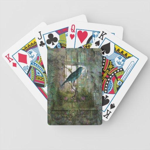 Jardín interior con el pájaro barajas de cartas