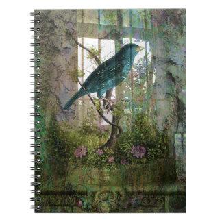 Jardín interior con el pájaro libros de apuntes
