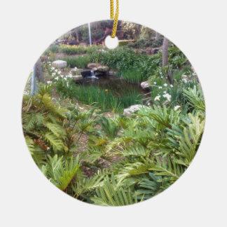 Jardín ocultado adorno navideño redondo de cerámica