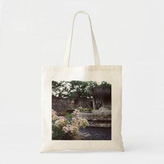 Jardín ornamental, rosas y una fuente bolsa tela barata