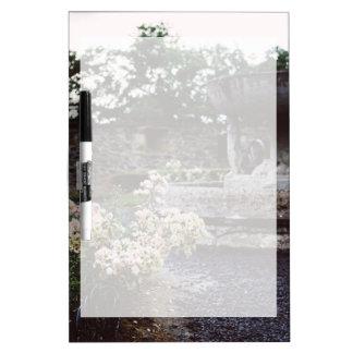 Jardín ornamental, rosas y una fuente pizarras