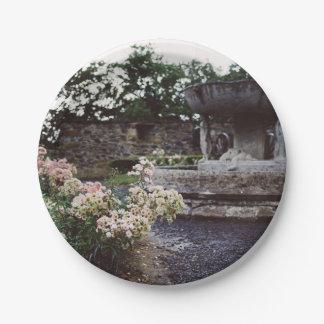 Jardín ornamental, rosas y una fuente plato de papel de 7 pulgadas